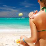 Una mujer se aplica crema protectora