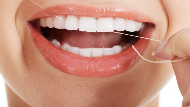 El uso del hilo dental puede tener beneficios en la higiene de la boca, pero puede que no tan grandes como se pensaba